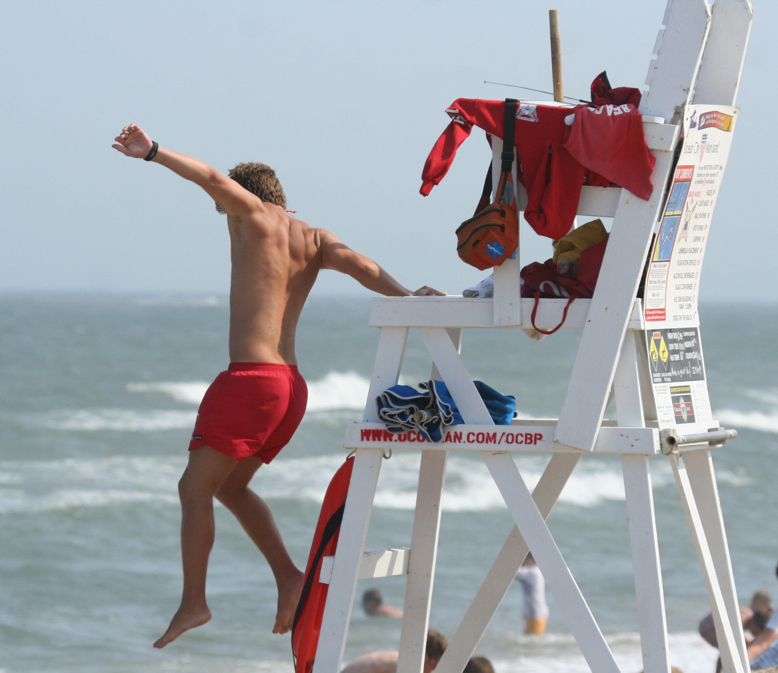 lifeguardjumpingintoactionoceancityjune272007.jpg